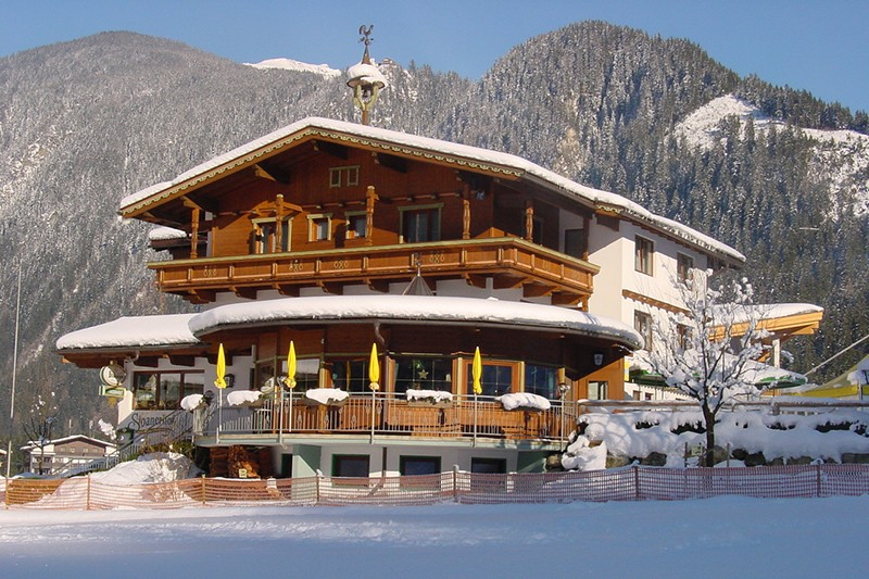 https://www.i-ski.co.uk/static/media/property/Chalet_Ski_Lodge_Stoanerhof_Mayrhofen_Austria_Terrace.jpg