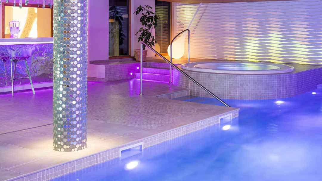 Iski hotel pashmina val thorens 5 luxury for Hotels in luton with swimming pool